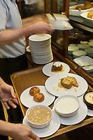 Europe/Turquie/Istanbul :Service des  desserts orientaux au  restaurant  Hunkar qui pratique une cuisine turque de famille, Quartier Orkatoy