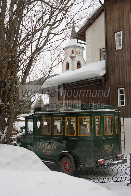 Europe/Italie/Trentin Haut-Adige/Dolomites/Alta Badia/Corvara : Hotel La Perla et son vieux taxi célèbre