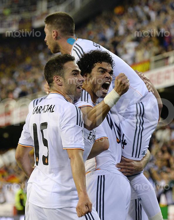 FUSSBALL  INTERNATIONAL Copa del Rey FINALE  2013/2014    FC Barcelona - Real Madrid            16.04.2014 JUBEL Real Madrid; Daniel Carvajal, Pepe und Sergio Ramos (v.li.)