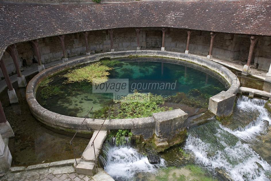 Europe/France/Bourgogne/89/Yonne/ Tonnerre: la Fosse Dionne bassin circulaire alimenté par une source vauclusienne et utilisé comme lavoir