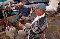 Italien, Elba, Fischer im  Hafen von Porto Azzurro