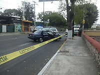 Queretaro, Qro. 18 de Diciembre de 2015.- <br /> Tras persecuci&oacute;n detienen a tres personas; en avenida Universidad y Guti&eacute;rrez Najera, quienes viajaban en un auto tsuru. Los implicados presuntamenten intentaron un levant&oacute;n en Bola&ntilde;os; la calle permanece cerrada y elementos de la PGJ ya toman muestras ya que los sujetos iban armados.