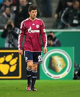 Fussball DFB Pokal:  Saison   2011/2012  Achtelfinale  21.12.2011 Borussia Moenchengladbach - FC Schalke 04 Klaas Jan Huntelaar (FC Schalke 04) geht nach der Roten Karte vom Platz