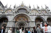 Turisti in fila per entrare nella Basilica di San Marco a Venezia.<br /> Tourists in a queue outside the Patriarchal Cathedral Basilica of St. Mark in Venice.<br /> UPDATE IMAGES PRESS/Riccardo De Luca