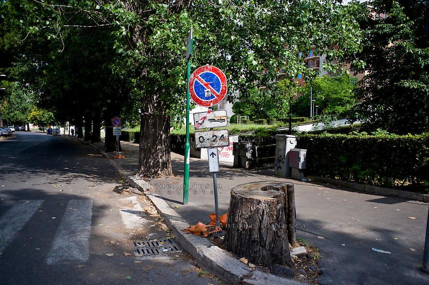 Degrado nel quartiere di San Paolo non distante dal centro di Roma.<br /> Street signal in the San Paolo neighborhood