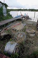 O lixo recolhido na comunidade de Vila Progresso é armazenado em uma casa até ser recolhido e transportado em balsas para Macapá.<br /> <br /> Com a criação da Convenção sobre Diversidade Biológica - CDB -  tratado da Organização das Nações Unidas,  e a ratificação do protocolo de Nagoia em  2010,   se inicia um processo de organização para os  Povos e Comunidades Tradicionais em  busca de maior  qualidade de vida não apenas na Amazônia, mas em todo  mundo. <br /> <br /> Assim, em dezembro de 2013 a Rede Grupo de Trabalho Amazônico – GTA, em parceria com a Regional GTA/Amapá, o Conselho Comunitário do Bailique, Colônia de Pescadores Z-5, IEF, CGEN/DPG/SBF/MMA, juntamente com 36 comunidades do Arquipélago do Bailique, inicia o processo de criação do primeiro protocolo comunitário na Amazônia, instrumento que regula relações comerciais amparado por leis ambientais, estabelecendo o mercado justo, proteção da biodversidade,  entre outros . <br /> <br /> Desta forma, após dezenas de encontros, debates e oficinas,  as Comunidades Tradicionais do Bailique, articuladas pelo GTA,  se reuniram durante os dias 26, 27 e 28 de fevereiro, onde os moradores, em assembléia geral ordinária, definiram sua personalidade jurídica   criando uma associação para atuação comercial, votando seu estatuto e estabelecendo os diversos grupos de trabalho necessários para a gestão do Protocolo Comunitário.<br /> <br /> O encontro na comunidade São João Batista no furo do macaco(igarapé que dá acesso a vila), foz do Amazonas, recebeu cerca de 100 lideranças de 28 comunidades  nestes dias , que chegavam de barcos e canoas acompanhados por suas famílias<br /> <br /> Durante o debate,  representantes  do Ministério do Meio Ambiente, Ministério Público Federal, Fundação Getúlio Vargas, Embrapa e Conab esclareciam dúvidas e indicavam caminhos para fortalecer o primeiro protocolo comunitário na Amazônia.<br /> Arquipélago do Bailique, Vila Progresso, Macapá, Amapá, Brasil.<br /> Foto Paulo Santos