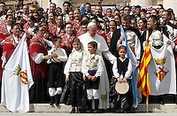 Papa Francesco posa coi membri della Banda de Gaitas Xuntanza de Catalunya, al termine di un'udienza giubilare in Piazza San Pietro, Citta' del Vaticano, 10 settembre 2016.<br /> Pope Francis poses with members of the Banda de Gaitas Xuntanza de Cataluna, a traditional musical band, during a Jubilee audience in St. Peter's Square at the Vatican, 10 September 2016.<br /> UPDATE IMAGES PRESS/Isabella Bonotto<br /> <br /> STRICTLY ONLY FOR EDITORIAL USE