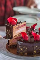 Europe/Allemagne/Bade-Würrtemberg/Forêt Noire/Baiersbronn-Tonbach: Hôtel: Traube Tonbach - Gâteau chocolat - Framboise  recette de Henry-Oskar Fried, Restaurant: Köhlerstube à l'hôtel Traube Tonbach
