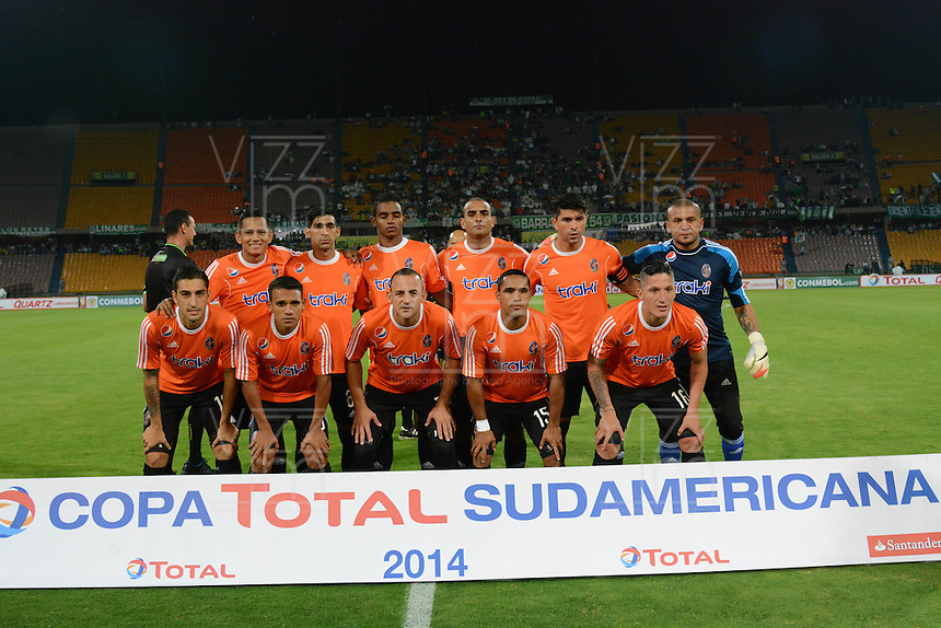 MEDELLÍN -COLOMBIA-27-08-2014. Jugadores de Deportivo La Guaira de Venezuela posan para una foto de grupo previo al juego contra Atlético Nacional por la Primera Fase, Zona Norte, Llave G11 de la Copa Total Sudamericana 2014 realizado en el estadio Atanasio Girardot de Medellín./ Players of Deportivo La Guaira of Venezuela pose to a photo prior the match against Atletico Nacional for the first Phase, north zone, key 11 of the Copa Total Sudamericana 2014 played at Atanasio Girardot stadium in Medellin. Photo: VizzorImage/Luis Ríos/STR