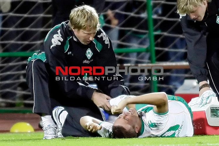 3. FBL 2008/2009 6. Spieltag Hinrunde<br /> Werder Bremen II U23 - Kickers Emden 0:1 (0:0)<br /> <br /> Max Kruse (#10 GER Werder Bremen II) liegt am Boden. Dr. Philip Heitmann (Arzt) begutachtet zusammen mit Sven Plagge (Physiotherapeut) das rechte Schienbein. Verdacht auf Schien- und Wadenbeinbruch.<br /> <br /> Foto &copy; nph (  nordphoto  ) *** Local Caption ***