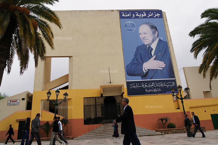 Algerie. Tlemcen. 12 Avril 2011.<br /> Portrait du president Abd El Aziz Bouteflika.<br /> <br /> <br /> Tlemcen, Algeria. April 12th 2011. Poster of president Abd El Aziz Bouteflika.