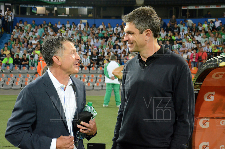 MEDELLIN -COLOMBIA, 5-MARZO-2015. Juan Carlos Osorio  del Atletico Nacional conversa con Mauricio Pellegrino técnico de Estudiantes de La Plata  durante  partido  de La Copa Bridgestone Libertadores grupo siete 2015  jugado en el estadio Atanasio Girardot de la ciudad de Medellin. / Juan Carlos Osorio coach of Atletico Nacional talks with Mauricio Pellegrino coach of  Estudiantes de La Plata during game Bridgestone Libertadores Cup 2015 Group Seven played at the Atanasio Girardot stadium in the city of Medellin. / . /  Photo /VizzorImage / Leon Monsalve  / Stringer