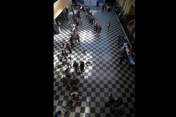 MON21. MONTEVIDEO (URUGUAY), 26/10/2014 - Ciudadanos uruguayos hacen fila para votar durante las elecciones nacionales hoy, domingo 26 de octubre de 2014, en Montevideo (Uruguay). Una alta afluencia de votantes en las primeras horas y una gran tranquilidad marcaron hoy el inicio de la jornada electoral del Uruguay, donde 2.620.757 ciudadanos están llamados para elegir presidente, vicepresidente y sus representantes en ambas cámaras del Parlamento. EFE/Iván Franco