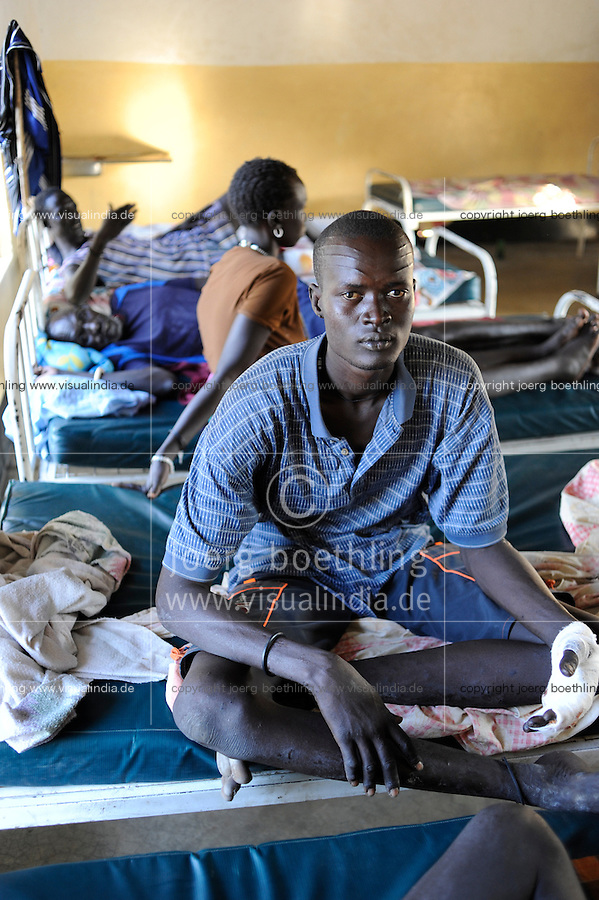 SOUTH SUDAN, Cuibet, Diakonie healthcenter, Dinka man with gun shot wounds after fightings with Nuer cattle raider / SUED SUDAN Rumbek , Diakonie Gesundheitsstation in Cuibet , Dinka mit Schusswunden nach Kaempfen mit Nuer cattle raider und clan clashes, Dinka Meen Mim
