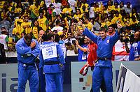 RIO DE JANEIRO, RJ,01 DE SETEMBRO DE 2013 -CAMPEONATO MUNDIAL DE JUDÔ RIO 2013- O russo A. Mikhaylin (de branco) lutando com A. Okruashvili da Geórgia na disputa pela medalha de ouro na categoria equipes no Mundial de Judô Rio 2013, no Maracanazinho de 26 de agosto a 01 de setembro, zona norte do Rio de Janeiro.FOTO:MARCELO FONSECA/BRAZIL PHOTO PRESS