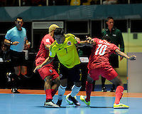 CALI -COLOMBIA-16-09-2016: Jhonatan Toro (C) jugador de Colombia disputa el balón con Michael De Leon (Der) jugador de Panama durante partido del grupo A de la Copa Mundial de Futsal de la FIFA Colombia 2016 jugado en el Coliseo del Pueblo en Cali, Colombia. /  Jhonatan Toro (C) player of Colombia fights the ball with Michael De Leon (R) player of Panama during match of the group A of the FIFA Futsal World Cup Colombia 2016 played at Metropolitan Coliseo del Pueblo in Cali, Colombia. Photo: VizzorImage/ NR / Cont