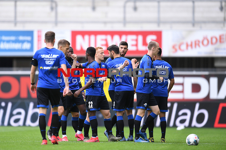 Die Spieler des SC Paderborn klatschen vor dem Spiel ab.<br />