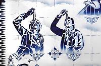 Nederland  Enkhuizen - 2019.    Zuiderzeemuseum.  Het Zuiderzeemuseum richt zich op de geschiedenis, actualiteit en toekomst van het IJsselmeer-gebied. The Blue Fishvendor. Muurschildering van graffitikunstenaar Hugo Kaagman.   Foto mag niet in schadelijke context gepubliceerd worden.    Foto mag alleen gepubliceerd worden met naamsvermelding van de kunstenaar.    Berlinda van Dam / Hollandse Hoogte