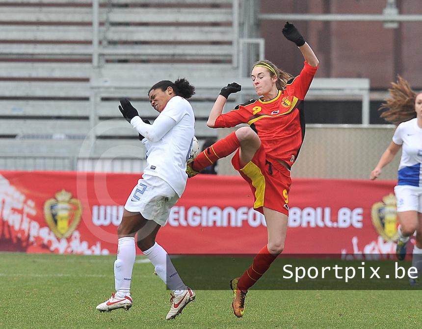 Belgium - The Netherlands : Tessa Wullaert in duel om de bal met Dyanne Bito (links).foto DAVID CATRY / Vrouwenteam.be