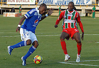 TUNJA -COLOMBIA, 05-10-2013. Marlon Piedrahita (D) de Patriotas FC disputa el balón con Wason Renteria (I) de Millonarios durante partido válido por la fecha 14 de la Liga Postobón II 2013 realizado en el estadio La Independencia en Tunja./ Wason Renteria (R) of Patriotas FC struggles the ball with Jose Harrison Otalvaro (L) of Millonarios during match valid for the 14th date of Postobon  League 2013-1 at La Libertad stadium in Tunja. Photo: VizzorImage/Jose Miguel Palencia/STR