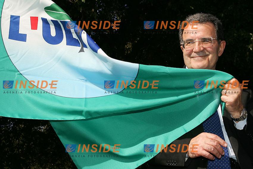Roma 1/4/2006 villa Nemorense. Campagna elettorale elezioni 2006 dell'Ulivo.<br /> Romano Prodi, leader della coalizione di centro sinistra e candidato premier sostiene la bandiera dell'ulivo<br /> Photo Andrea Staccioli Insidefoto