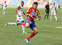 PASTO -COLOMBIA, 09-08-2014. Emanuel Molina (Der) jugador del  Deportivo Pasto hace un taco frente a David Valencia Figueroa (Izq)jugador de Alianza Petrolera durante partido por la fecha 4 Liga Postobón II 2014 jugado en el estadio La Libertad de Pasto./ Emanuel Molina player of Deportivo Pasto makes a wad in front of David Valencia Figueroa player of Alianza Petrolera during the match for the 4th date of Postobon  League II 2014 played at La Libertad stadium in Pasto. Photo: VizzorImage / Leonardo Castro / STR