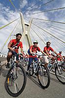 SAO PAULO, SP, 25 DE JANEIRO DE 2012 - WORLD BIKE TOUR SP - Realizado na manhã desta quarta feira (25) mais uma edição do World Bike Tour, tradicional passeio de bicicletas que ocorre em diversas cidades do mundo. A largada aconteceu na Ponte Otavio Frias de Oliveira (Ponte Estaiada) na zona sul de São Paulo . FOTO: LEVI BIANCO - NEWS FREE