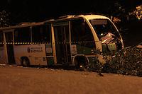SÃO PAULO,SP,14.05.2015 - ACIDENTE-TRÂNSITO - Um micro-ônibus perde o controle e bate em árvore no começo da noite desta quinta-feira(14) na rua Braz Baltazar da Silveira no bairro de Vila Nova Perus na região de Perus zona norte de São Paulo. Segundo informações preliminares pelo menos 10 pessoas saíram feridas no acidente e foram levadas para hospitais da região.(Foto Marcio Ribeiro / Brazil Photo Press)