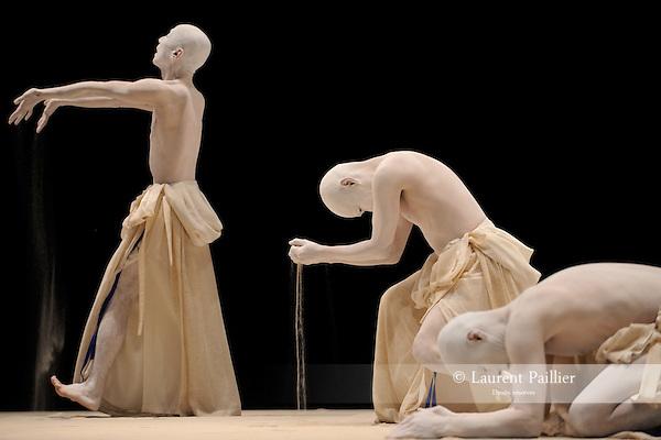 KARA MI..Auteur : AMAGATSU Ushio..Choregraphie : AMAGATSU Ushio..Mise en scene : AMAGATSU Ushio..Compagnie : Sankai Juku..Orchestre : KAKO Takashi YAS KAS YOSHIKAWA Yochiro..Avec :..SEMIMARU..IWASHITA Toru..TAKEUCHI Sho..ICHIHARA Akihito..HASEGAWA Ichiro..MATSUOKA Dai..ASAI Nobuyoshi..Lieu : Theatre de la Ville..Ville : Paris..Le : 25 04 2010..© Laurent PAILLIER / photosdedanse.com..All rights reserved