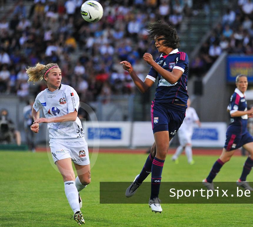 Football Club Feminin Juvisy Essonne - Olympique Lyon :.Wendie Renard met de kopbal voor Laetitia Tonazzi.foto DAVID CATRY / JOKE VUYLSTEKE / Vrouwenteam.be