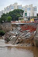 SAO PAULO, SP, 17 DE JANEIRO 2013 - SOLAPAMENTO - Solapamento de duas faixas da Avenida Doutor Francisco Mesquita, sentido centro de São Paulo estão interditadas desde a manhã desta quinta-feira. FOTO: ALE VIANNA - BRAZIL PHOTO PRESS.