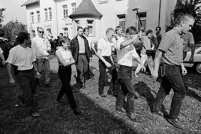Etwa hundert Neonazis aus der Bundesrepublik versuchten am Samstag den 16. August 1997 im niedersaechsischen Koenigslutter einen sog. &quot;Hess-Gedenkmarsch&quot; anlaesslich des 10. Todestages des Hitlerstellvertreters Rudolf Hess.<br /> Die Polizei nahm die Neonazis fest.<br /> Im Bild: Mitte mit dunkler Jacke und quergestreiftem T-Shirt: Oliver Schweigert, Berlin.<br /> 16.8.1997, Koenigslutter/Niedersachsen<br /> Copyright: Christian-Ditsch.de<br /> [Inhaltsveraendernde Manipulation des Fotos nur nach ausdruecklicher Genehmigung des Fotografen. Vereinbarungen ueber Abtretung von Persoenlichkeitsrechten/Model Release der abgebildeten Person/Personen liegen nicht vor. NO MODEL RELEASE! Nur fuer Redaktionelle Zwecke. Don't publish without copyright Christian-Ditsch.de, Veroeffentlichung nur mit Fotografennennung, sowie gegen Honorar, MwSt. und Beleg. Konto: I N G - D i B a, IBAN DE58500105175400192269, BIC INGDDEFFXXX, Kontakt: post@christian-ditsch.de<br /> Urhebervermerk wird gemaess Paragraph 13 UHG verlangt.]