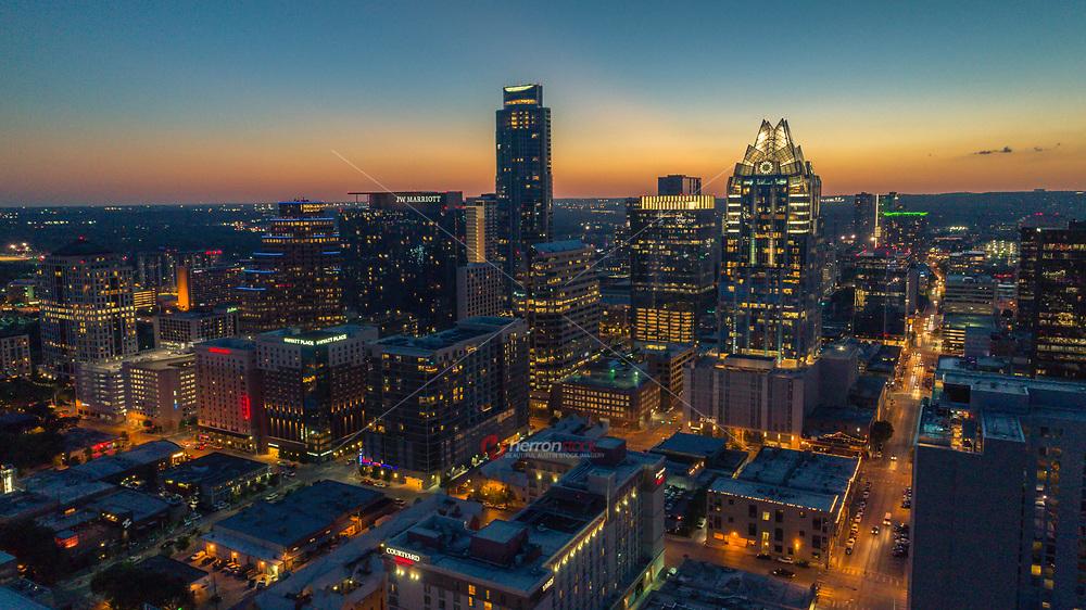 Un auge de edificios de gran altura esta cambiando el perfil de Austin. La construcción de Austin sigue en auge. Los últimos números a nivel nacional muestran que Austin esta construyendo rascacielos residenciales cerca de una velocidad record; el mas alto desde 2007. Los analistas dicen que la gente quiere aprovechar una economía sana de Austin y tasas de hipotecas bajas, que se espera que aumenten el proximo año.