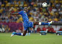 FUSSBALL  EUROPAMEISTERSCHAFT 2012   VIERTELFINALE England - Italien                     24.06.2012 Mario Balotelli (Italien) Einzelaktion am Ball