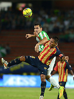 MEDELLIN -COLOMBIA-26-OCTUBRE-2014. Alejandro Bernal   (Izq) del Atletico Nacional  disputa el balon con John Restrepo de Aguilas Pereira  durante partido de la 16 fecha de La Liga Postobon jugado en el estadio Atanasio Girardot. / Alejandro Bernal  (L) of Atletico Nacional  struggles the ball against  John Restrepo of Aguilas Pereira  during the 16th date round match of La Liga Postobon played at the Atanasio Girardot  Stadium .  Photo: VizzorImage / Luis Rios / Stringer