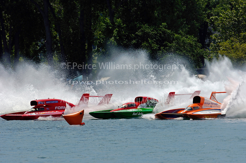 "Mike Weber, U-5 ""Formulaboats.com"", Steve David, U-6 ""Oh Boy! Oberto"" and Ken Muscatel, U-2.25 ""Superior Racing"" line up for the start."