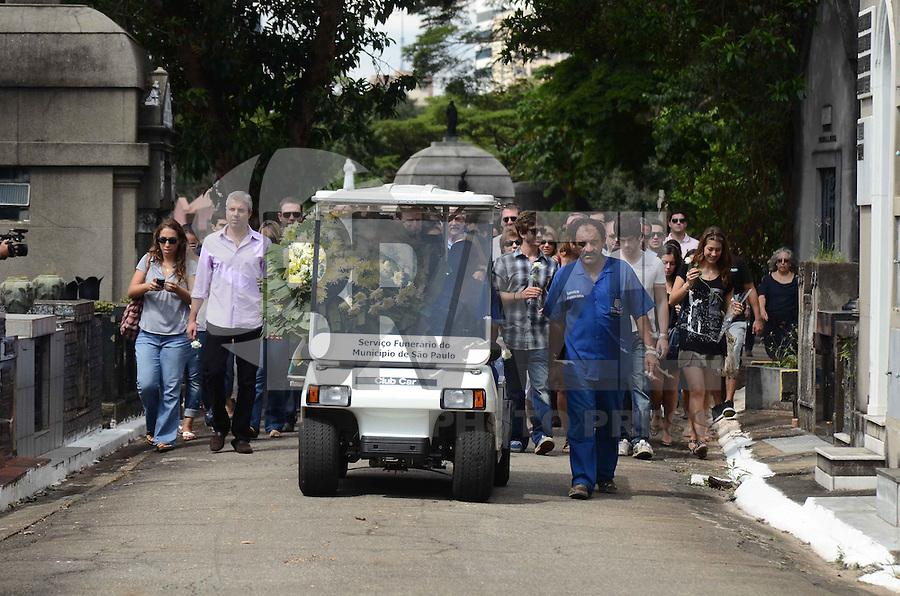 SAO PAULO, 15 DE ABRIL DE 2012 - SEPULTAMENTO BRASILEIRO MORTO NA AUSTRALIA -  sepultamento de Roberto Laudiosio, morto por policiais na Australia, na manha deste domingo, no cemiterio do Araca, regiao central, da capital. FOTO: ALEXANDRE MOREIRA - BRAZIL PHOTO PRESS