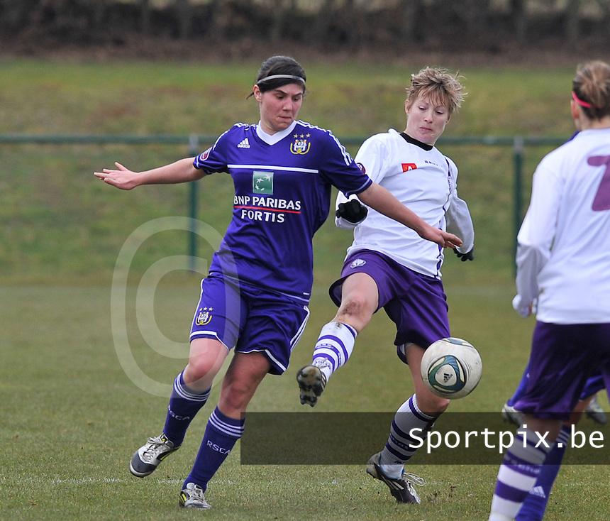 RSC Anderlecht Dames - Beerschot : Annelies Van Loock in duel met Tamara Valentijn.foto DAVID CATRY / Vrouwenteam.be
