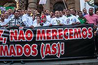 SÃO PAULO, SP, 28.10.2014-PROTESTO PELA MORTE DO MOTORISTA  -  A esposa do motorista morto (no centro)é apoiada pelo presidente do sindicato dos motoristas e cobradores José Valdevan de Jesus Santos, conhecido como Noventa (a esquerda) durante ato em protesto a morte do motorista John Carlos Soares Brandão. O protesto acontece na tarde desta terça-feira (28), na região central de São Paulo. (Foto: Taba Benedicto/ Brazil Photo Press)