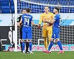 Diskussionen nach Video-Beweis kein Elfmeter: v.l. Schiedsrichter Tobias Welz, Christoph Baumgartner (Hoffenheim), Peter Gulacsi (Leipzig), Munas Dabbur (Hoffenheim).<br /> <br /> Sport: Fussball: 1. Bundesliga: Saison 19/20: 31. Spieltag: TSG 1899 Hoffenheim - RB Leipzig, 12.06.2020<br /> <br /> Foto: Markus Gilliar/GES/POOL/PIX-Sportfotos