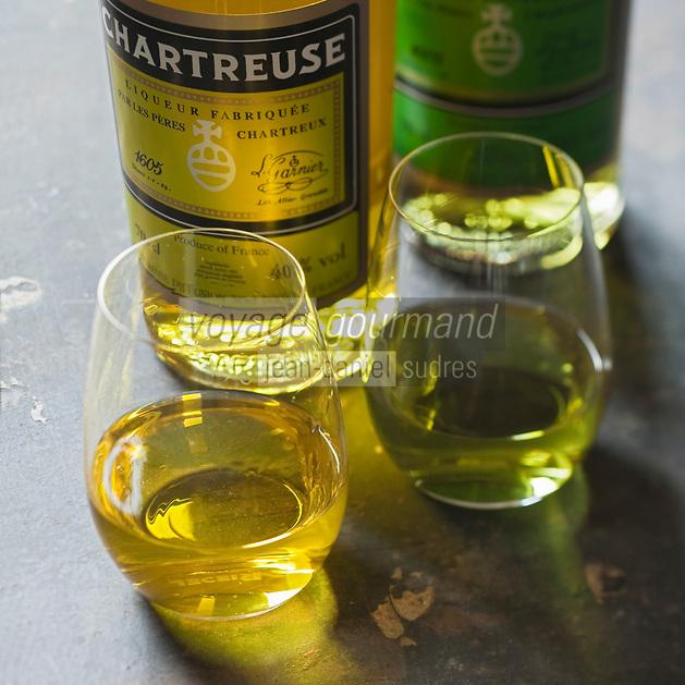 Europe/France/Rhône-Alpes/38/Isère/ Voiron:  Chartreuse verte et Chartreuse jaune ,  Liqueur  des Pères Chartreux - Stylisme : Valérie LHOMME // France, Isere, Voiron, Green and yelow Chartreuse VEP, Liqueurs made by the Chartreuse Monks, French liqueur