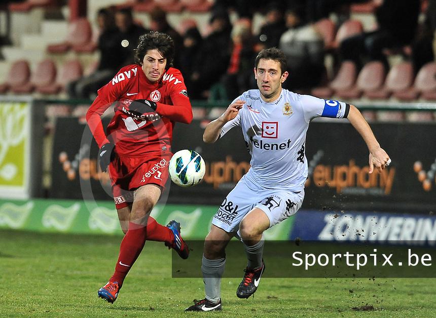 KV Kortrijk - KV Mechelen : duel om de bal tussen Pablo Chavarria (links) en Maxime Biset (rechts).foto VDB / BART VANDENBROUCKE