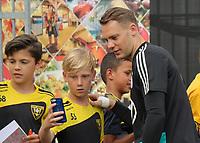 Manuel Neuer (Deutschland Germany) gibt den wartenden Fans Autogramme und macht Selfies - 04.06.2019: Training der Deutschen Nationalmannschaft zur EM-Qualifikation in Venlo/NL