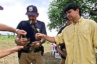 O procurador Federal Felício Pontes Jr. recebe explicações de u, policial rodoviário federal sobre como usavam um colete encontrado além de outras peças durante as buscas por corpos de gerrilheiros mortos durante a guerrilha do Araguaia , o procurador veio acompanhar a denúncia de dois ex soldados do exército que informaram sobre as covas clandestinas onde estarial vários guerrilheiros, conhecidos por Walquíria, Oswaldão, Pedro  Alexandrino e Baptista.<br />Xambioá, Tocantins Brasil<br />Foto Paulo santos/Interfoto