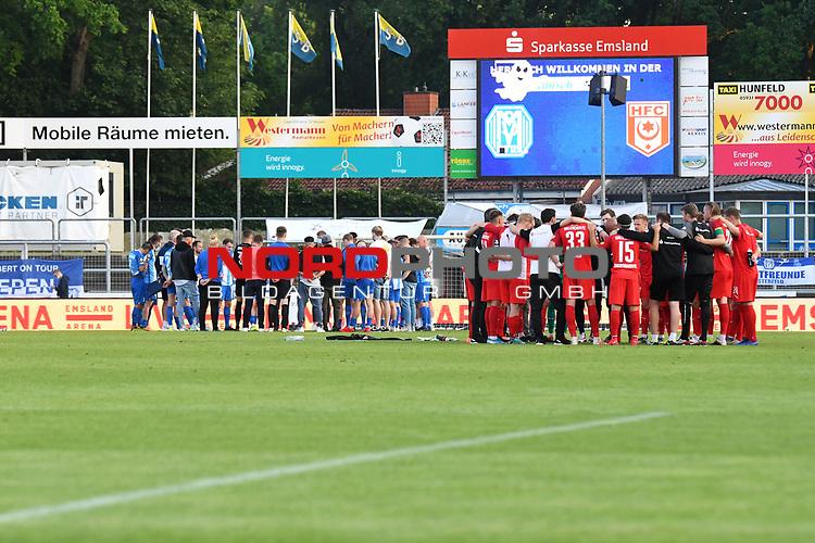 12.06.2020, Hänsch-Arena, Meppen, GER, 3.FBL, SV Meppen vs. Hallescher FC, <br /> <br /> im Bild<br /> die Mannschaft vom SV Meppen und dem Halleschen FC bildeten nach dem Spiel einen Kreis.<br /> <br /> <br /> DFL REGULATIONS PROHIBIT ANY USE OF PHOTOGRAPHS AS IMAGE SEQUENCES AND/OR QUASI-VIDEO<br /> <br /> Foto © nordphoto / Paetzel