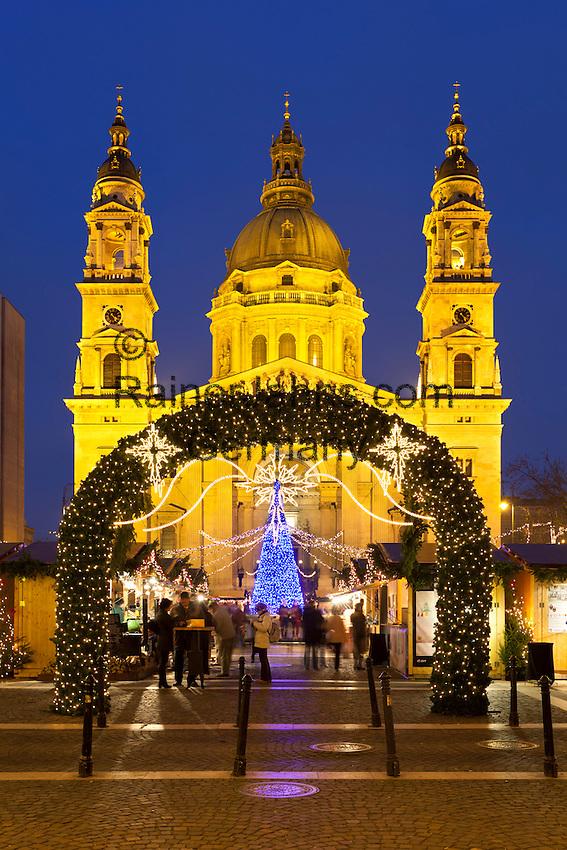 Hungary, Budapest, Pest District: Christmas Market outside St Stephen's Basilica (Szent Istvan Bazilika)   Ungarn, Budapest, Stadteil Pest: Weihnachtsmarkt vor der St. Stephans Basilika