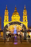 Hungary, Budapest, Pest District: Christmas Market outside St Stephen's Basilica (Szent Istvan Bazilika) | Ungarn, Budapest, Stadteil Pest: Weihnachtsmarkt vor der St. Stephans Basilika