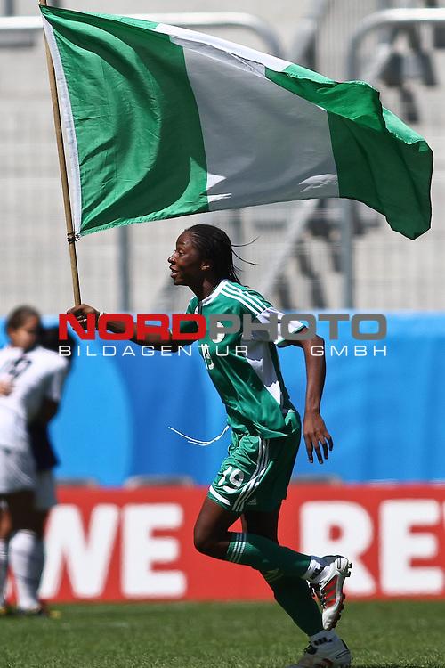 25.07.2010,  Augsburg, GER, FIFA U20 Womens Worldcup, , Viertelfinale, USA vs Nigeria,  im Bild Uchechi SUNDAY (Nigeria #19) feiert mit Fahne, Foto: nph /  Straubmeier