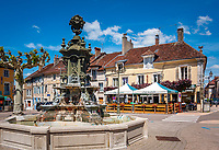 Frankreich, Bourgogne-Franche-Comté, Département Jura, Poligny (Jura): Brunnen und das Café du Centre auf dem Place des Déportés im Zentrum der Altstadt | France, Bourgogne-Franche-Comté, Département Jura, Poligny (Jura): fountain and Café du Centre at square Place des Déportés in old town centre
