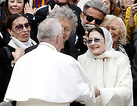 Papa Francesco saluta la ballerina di danza classica Carla Fracci al termine della sua udienza generale del mercoledi' in Piazza San Pietro, Citta' del Vaticano, 26 aprile, 2017. <br /> Pope Francis greets former Italian classic ballet dancer Carla Fracci at the end of his weekly general audience in St Peter's squarat the Vatican, on April 26, 2017.<br /> UPDATE IMAGES PRESS/Isabella Bonotto<br /> <br /> STRICTLY ONLY FOR EDITORIAL USE